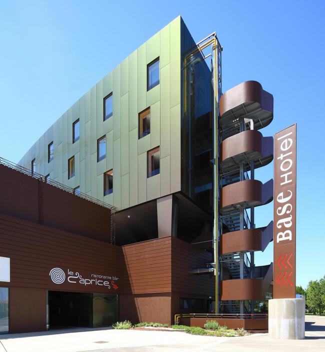 Отель BASE Hotel San Donà di Piave, Италия. Цвет: Spectra Red Brass. Изображение с сайта alucobond.com