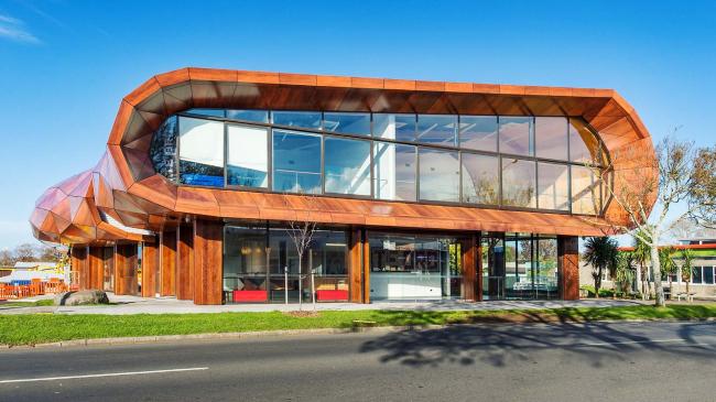 Художественный центр Te Oro (Окленд, Новая Зеландия). Материал ALUCOBOND® PLUS, цвет Afro Mahagoni
