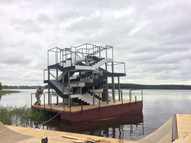 Two-story raft built for the Art-Ovrag Festival in Vyksa. The project was developed by the interns of the fourth internship of Wowhaus. Photograph © Dmitry Chebanenko