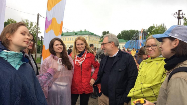 Oleg Shapiro and the interns at the Art-Ovrag Festival in Vyksa. Photograph © Dmitry Chebanenko