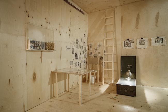 Выставка Александра Бродского «Красная дорожка». Инсталляция «Новый мир». © Фото предоставлены галереей «Триумф».