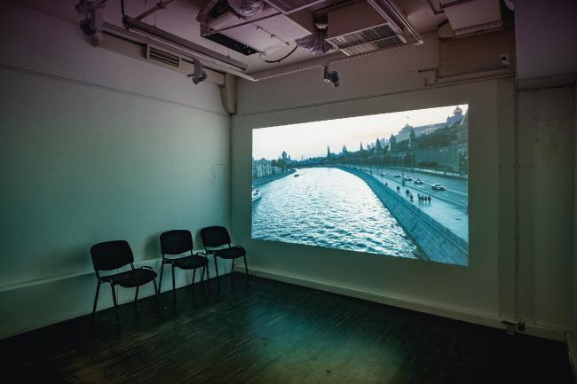 Выставка Александра Бродского «Красная дорожка». Москва-река как вариант дорожки. © Фото предоставлены галереей «Триумф».