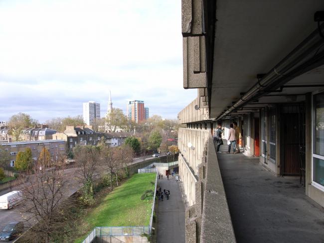 Жилой комплекс «Робин Гуд Гарденс», Лондон. Лицензия CC BY-SA 2.0. Автор: Steve Cadman