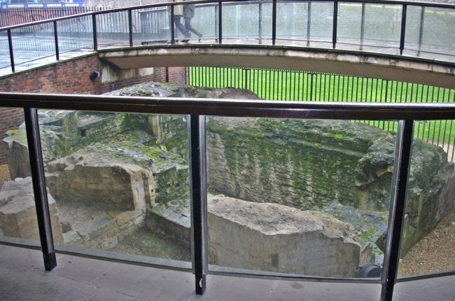 Лондонская стена на London Wall road ©  Archaeology Travel