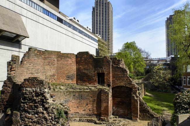 Руины Стены на территории Барбикана, слева – обращенная к ним витрина Музея Лондона. Фотография: Herman Pijpers via flickr.com. Лицензия  CC BY 2.0