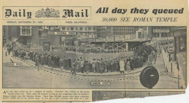 Очередь к раскопкам после обнаружения головы статуи Митры, 1954 / Daily mail (Solo Syndication)