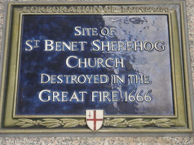 Мемориальная доска  на месте, где находилась церковь св. Бенета.  Фото: Bashereyre via Wikimedia Commons. Лицензия  CC BY-SA 3.0