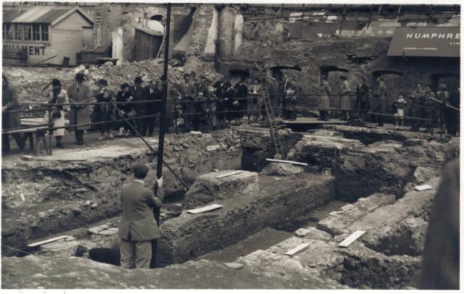 Раскопки храма Митры в 1954 году. Фотография: Robert Hitchman © MOLA