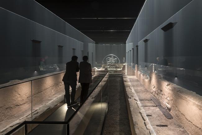 Новый Митреум использует легкую скульптуру, дымку и звук, чтобы оживить останки храма. Фотография © James Newton
