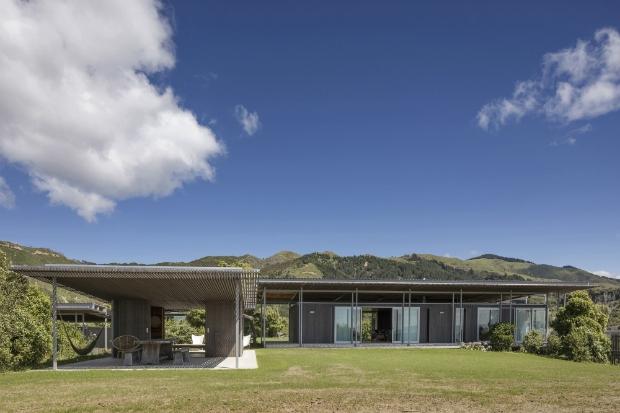 Загородный комплекс Bach with Two Roofs (Голден-Бей, Новая Зеландия).  Irving Smith Architects. Изображение предоставлено WAF