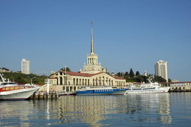 Морской вокзал в Сочи. Фото: Ганощенко Роман (Ganoshenko Roman) via Wikimedia Commons. Лицензия CC-BY-SA-3.0