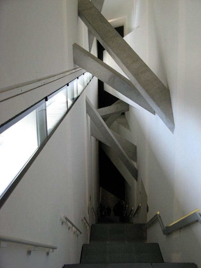 Интерьер Еврейского музея в Берлине. Daniel Libeskind. Фото © archiDE