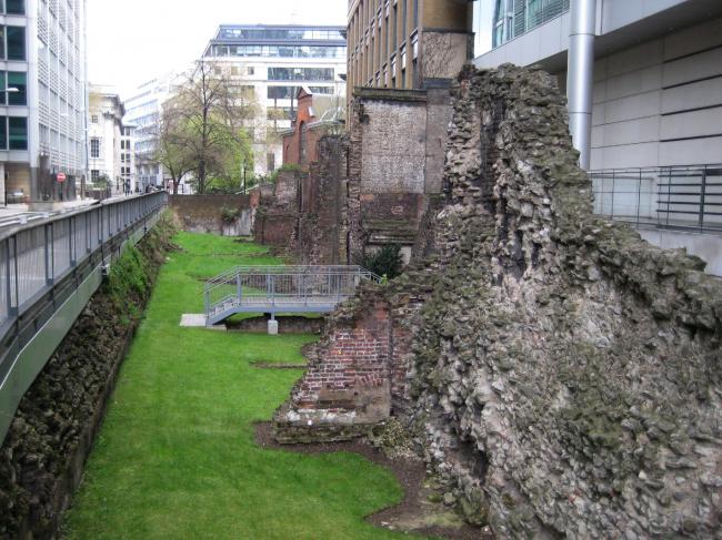 Лондонская стена на London Wall road. Фотография Александра Можаева