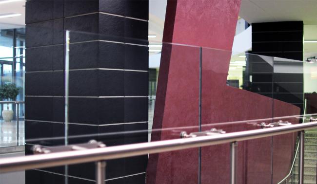 Впрочем, внутри красный цвет дан не панелями, а крашеной штукатуркой. Но цвет тот же, он вполне узнаваем. Здание музея в «Новом Иерусалиме». Реализация, 2013 © АО «Сити-Арх». Фотография © Юлия Тарабарина, Архи.ру
