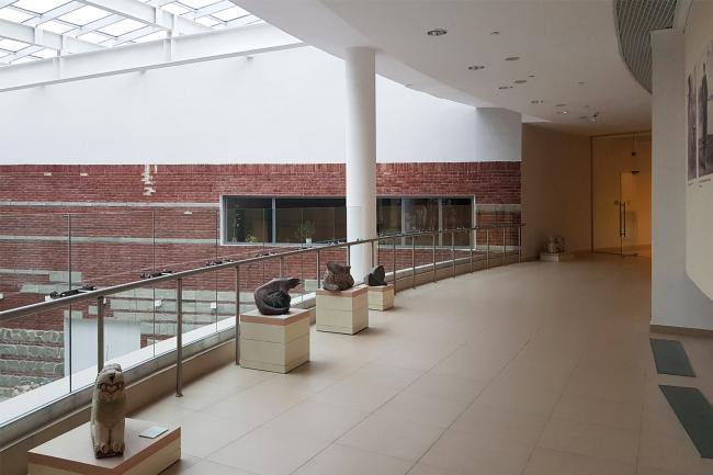Западный атриум северного крыла – пространство музейного кафе, вид с балкона. Здание музея в «Новом Иерусалиме». Реализация, 2013 © АО «Сити-Арх». Фотография © Юлия Тарабарина, Архи.ру