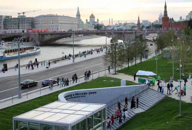 Вид на выход к Москве-реке из парка Зарядье. Фотография © Юлия Тарабарина, Архи.ру, 2017