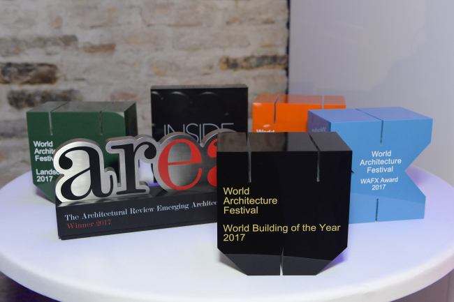 Памятные призы премий, вручавшихся на WAF 2017. Изображение предоставлено WAF
