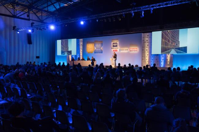 Презентации победителей в отдельных номинация в третий день фестиваля проходили в большом лекционном зале. Изображение предоставлено WAF