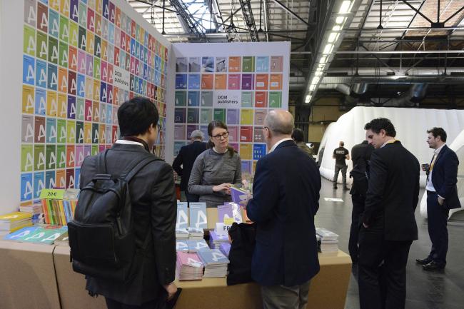 Стенд издательства Dom Publishers в зале Berlin Arena, в котором проходил фестиваль WAF 2017. Изображение предоставлено WAF