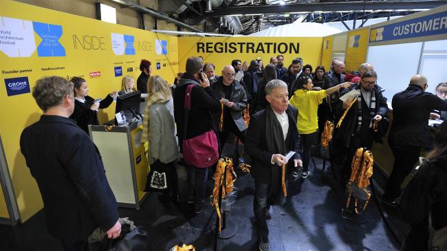 Регистрационная стойка фестиваля в первый день работы WAF 10. Изображение предоставлено WAF