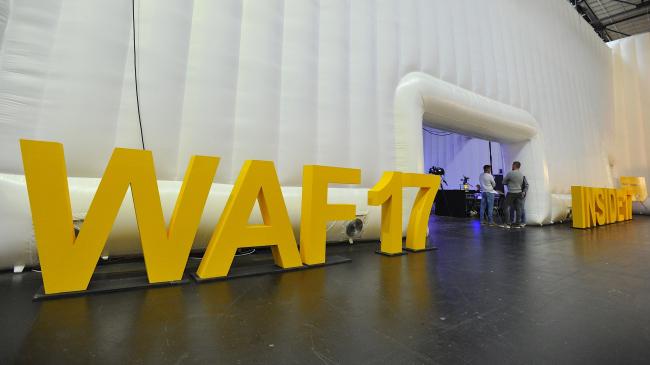 Лого юбилейного фестиваля WAF 10 перед входом в большой лекционный зал Berlin Arena. Изображение предоставлено WAF
