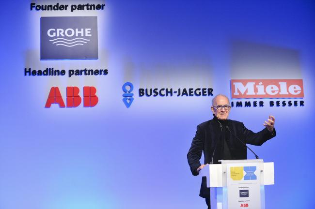 Лекция сэра Питера Кука 16 ноября 2017 года на главной сцене Berlin Arena. Изображение предоставлено WAF
