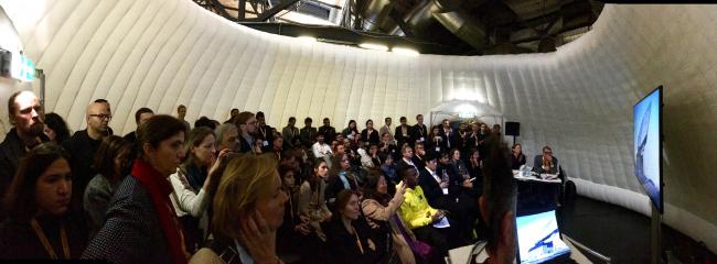 Презентации проектов «звездных» бюро по-прежнему собирают огромное число слушателей, для которых эра «звездной архитектуры» еще не закончилась. Фото Елены Петуховой