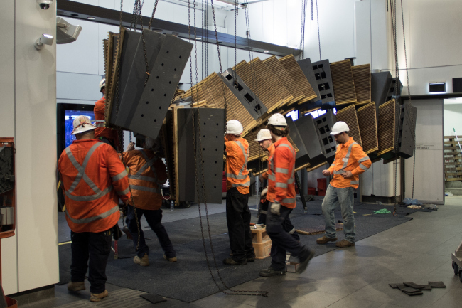 Процесс установки инсталляции Interloop (2017) на станции Wynyard, Сидней. Фотография предоставлена автором