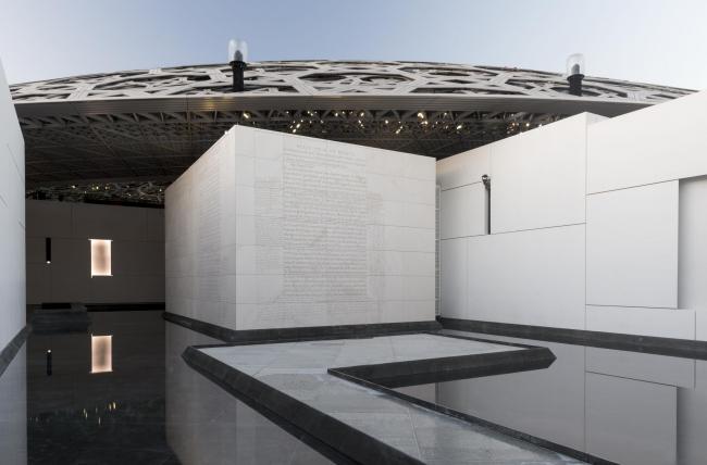 Лувр Абу-Даби. Работа Дженни Хольцер, выполненная специально для этого музея. Фото © Marc Domage. Архитектор Жан Нувель