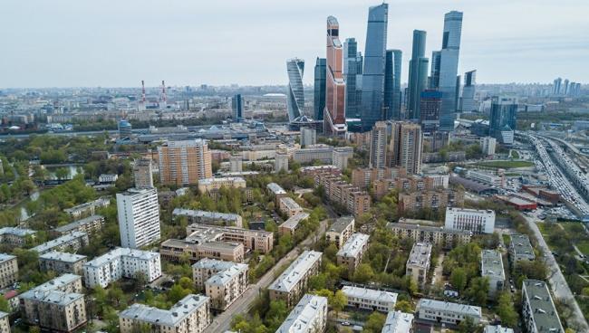 В Москве районы с пятиэтажной ветхой застройкой соседствуют с активно развивающимися центрами, такими как Москва-Сити. Фотография  © stroi.mos.ru