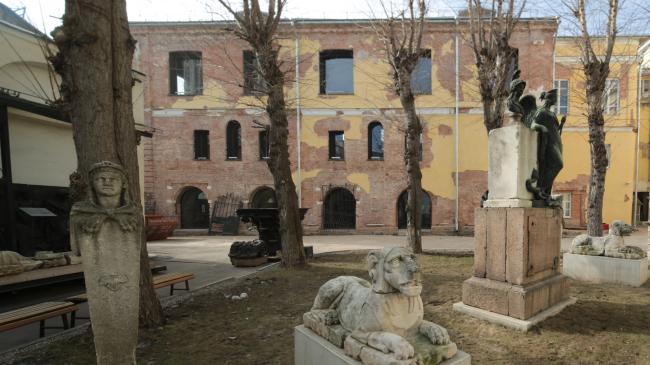 Вид на реконструированный флигель «Руина» через внутренний двор Музея архитектуры им. Щусева. © Бюро «Рождественка»
