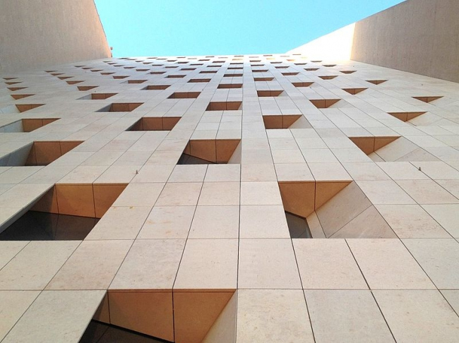 Башня «Аль-Хамра». Фрагмент фасада. Фото: Mohdalg via Wikimedia Commons. Лицензия CC-BY-SA-3.0