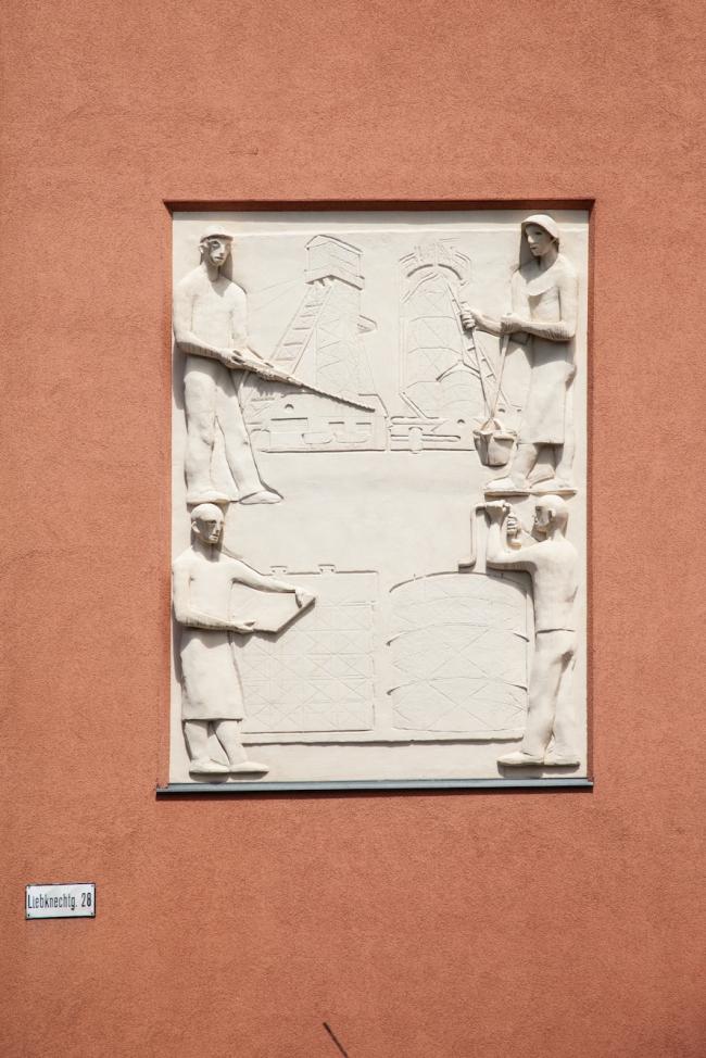 Жилой комплекс на Дюрауэргассе и Либкнехтгассе. Рельеф «Работа». Фото © Денис Есаков