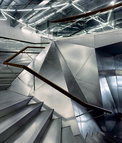 CAIXAFORUM. Мадрид. Херцог & де Мерон. Главная лестница отделана блестящими металлическими листами.