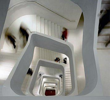 CAIXAFORUM. Мадрид. Херцог & де Мерон. Бетонная лестница со скульптурными перилами пронизывает здание насквозь — с подземного уровня до верхнего этажа