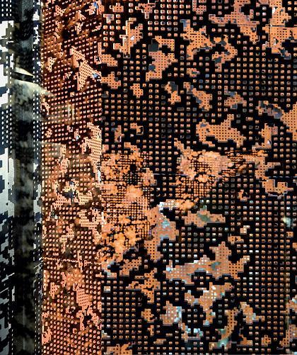 CAIXAFORUM. Мадрид. Херцог & де Мерон. : Фрагмент фасада покрыт ржавым перфорированным металлом
