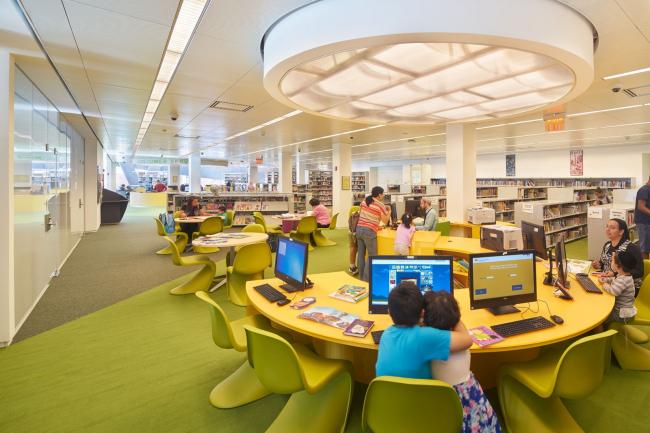 Библиотека района Кью-Гарденс-Хиллс © Bruce Damonte