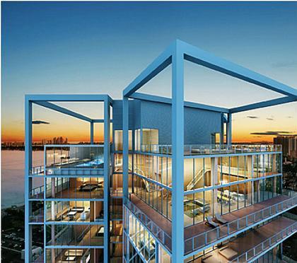 ПРОНИЦАЕМОСТЬ  У Чада Оппенхайма она во всем — в больших оконных проемах, чистых белых поверхностях, простой структуре зданий. Яркий пример — три кристаллических объема башен Park Lane в Майами. Парки, аркады, террасы, лоджии и огромные окна. Все настежь, все открыто небу, природе. Проницаема и воздушна не только оболочка, но и внутреннее пространство. Владельцы офисов и квартир могут легко менять конфигурацию и характер помещений.