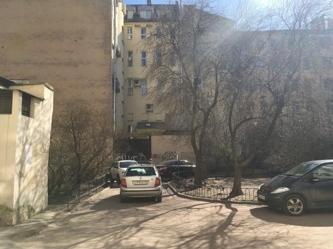 Существующий двор дома №7 по Кузнечному переулку. Дерево справа будет сохранено / Предоставлено Евгений Герасимов и партнеры