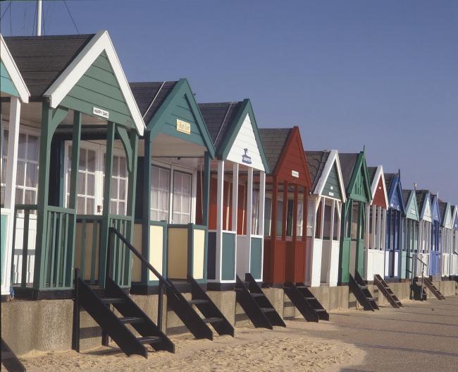 Традиционные пляжные домики на имеющем статус памятника морском берегу в Саутволде, графство Суффолк. Фото © English Heritage, предоставлено Little Greene
