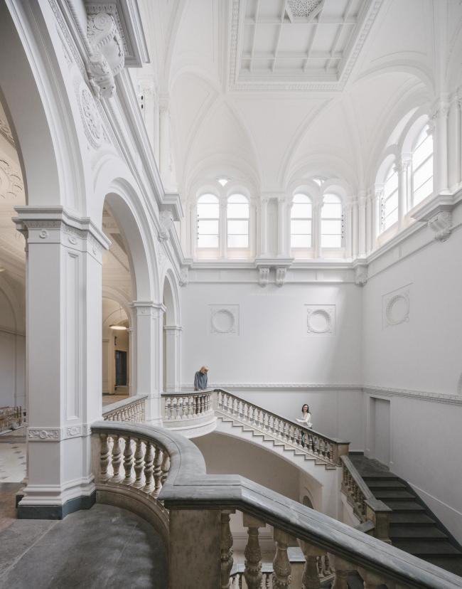 Мастерплан для Королевской академии художеств. Главная лестница в вестибюле Воль в Берлингтон-гарденс, 6 © Simon Menges