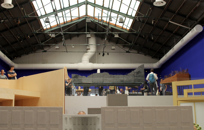 Вид от входа в павильон биеннале. Биеннале архитектуры Freespace, выставка Петера Цумтора. Фотография: Ю.Тарабарина, Архи.ру