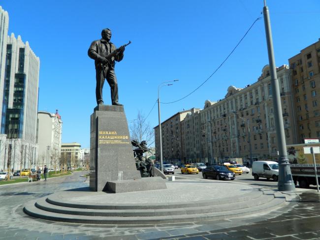 Памятник Михаилу Калашникову (Москва, 2018) Тара-Амингу. Фотография находится в свободном доступе