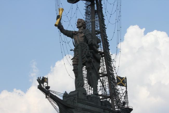 Статуя Петра Первого работы Зураба Церетели в Москве Автор фотографии Amarhgil. Лицензия  CC BY-SA 3.0