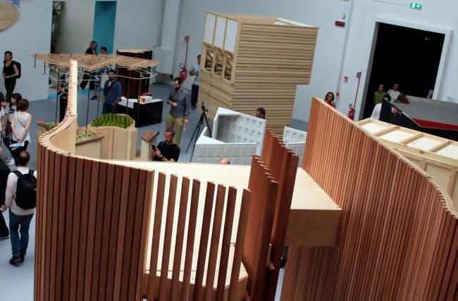 Специальный проект кураторов в павильоне   биеннале «Тесное сближение. Встречи с замечательными зданиями». Фотография: Ю.Тарабарина, Архи.ру
