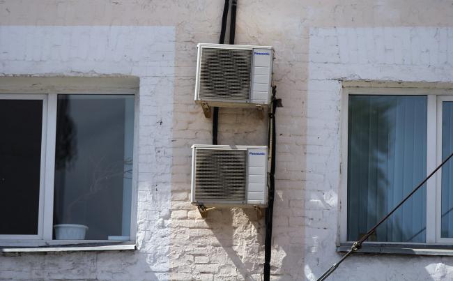 Как нередко выглядят спонтанно установленные кондиционеры на фасадах – примеров не счесть. Фотография: Юлия Тарабарина, Архи.ру