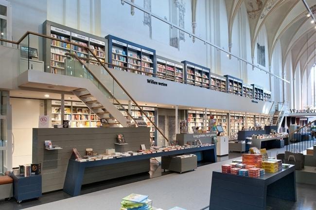 Книжный магазин Waanders In de Broeren. Проект: BK Architects. Проект реконструкции здания средневековой церкви Broeren в городе Зволле под книжный магазин и библиотеку © Joop van Putten