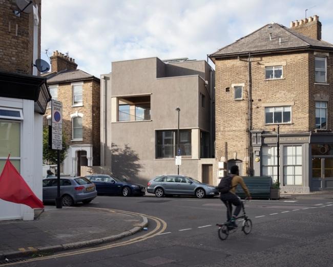 Дом Black Stone House, Лондон.  6a Architects. Фотография © Johan Dehlin