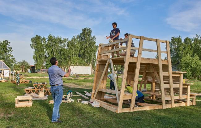 Идет строительство трибуны-коворкинга на Футбольной площади. 2018 © Виртуальная Выкса wyksa.ru