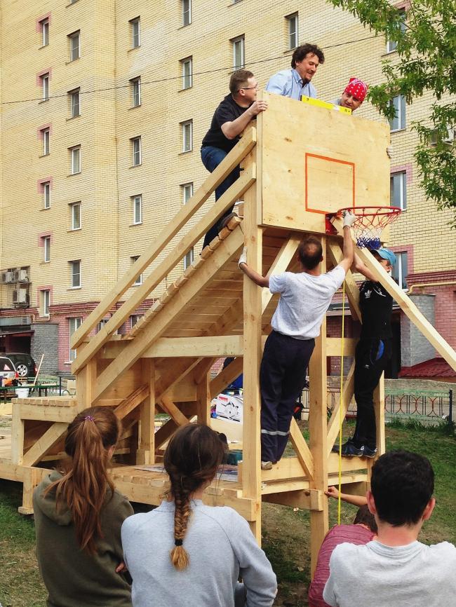Идет строительство баскет-апа во дворе на улице Академика Королева. 2018. Фотография: Михаил Приемышев